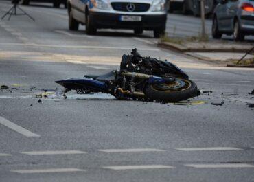 Uderzył w nią pijany motocyklista bez prawa jazdy. Prokurator obwinia ją za wypadek