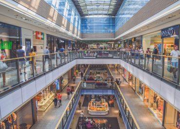 Ruchome schody w galerii handlowej we Wrocławiu wciągnęły stopę trzylatka.