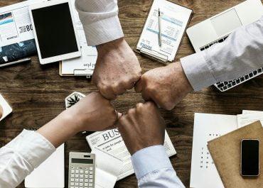 Biznes mocno włączył się w walkę z SARS-CoV-2. Wsparcie jest już liczone w setkach milionów złotych