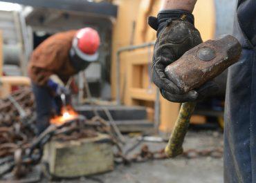 Polacy nie kojarzą pracy fizycznej z dobrymi zarobkami i benefitami. Pracodawcy podbijają stawkę i walczą o pracowników atrakcyjną ofertą