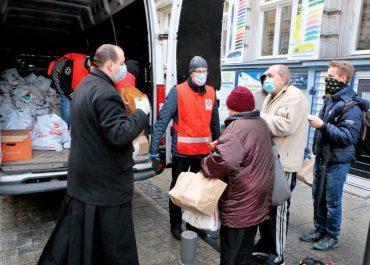 Dania na wynos i świąteczne paczki zamiast tradycyjnej wigilii dla bezdomnych w Poznaniu