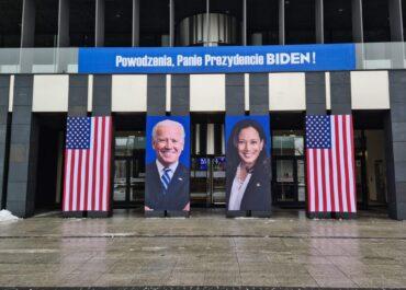 Joe Biden i Kamala Harris na instalacji przed wejściem do Urzędu Marszałkowskiego w Poznaniu