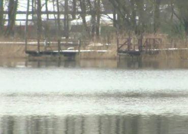 Motolotniarz wpadł do zamarzniętego jeziora koło Bydgoszczy. Pomogła grupa morsów