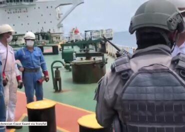 Nielegalny transport ropy u wybrzeży Indonezji
