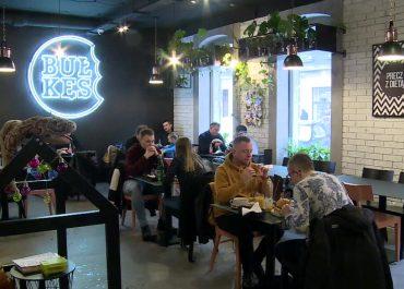 """Restauracja w Katowicach otwarta mimo obostrzeń. """"Nie załapaliśmy się na żadną tarczę"""""""