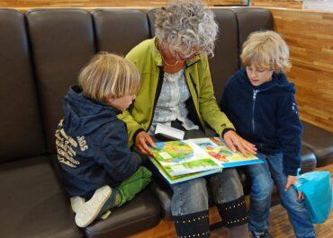 Mimo pandemii w Dniu Babci dzieci czytały pensjonariuszom domu opieki w Zabrzu