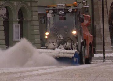 """""""Do tej pory najdroższa zima w historii Krakowa"""". Stolica Małopolski walczy ze śniegiem"""