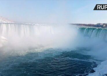 Tęcza nad zamarzniętym wodospadem Niagara