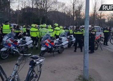 Tłumy ludzi w parku w Amsterdamie.