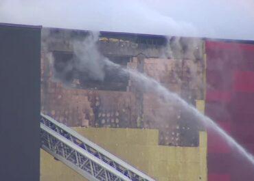 Strażacy robią dziury w ścianach, żeby ugasić archiwum w Krakowie