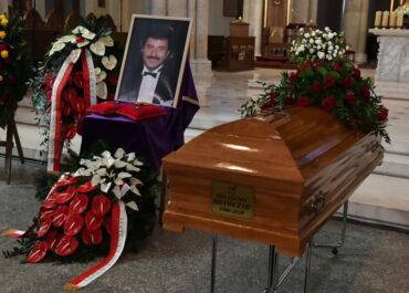 Ponad tysiąc osób na pogrzebie Krzysztofa Krawczyka w podłódzkich Grotnikach.