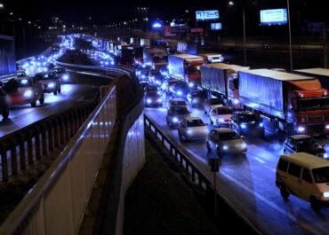 Mieszkańcy Warszawy i Krakowa chcą zakazu sprzedaży nowych samochodów spalinowych.