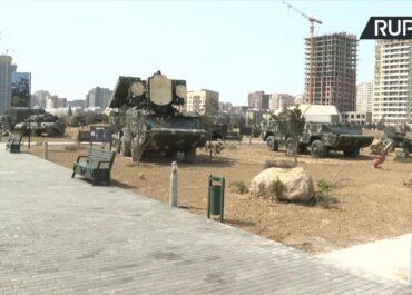 """""""Park trofeów wojennych"""" w Azerbejdżanie po konflikcie z Armenią w Górskim Karabachu."""