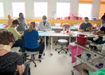 Fizjoterapeuci i aptekarze szkoleni do podawania szczepionek na COVID-19.