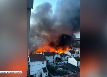 Pożar magazynu na przedmieściach Paryża.