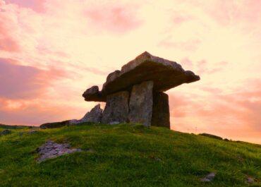 Koło Raciborza rolnik przypadkiem natrafił na trzy groby sprzed 4 tys. lat