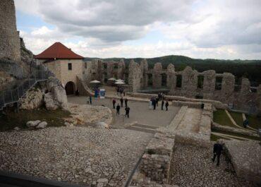 Odrestaurowany zamek w Rabsztynie czeka na zwiedzających.