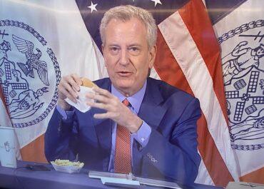 Darmowe frytki lub burger dla zaszczepionych nowojorczyków. Burmistrz zachęcał jedząc swoją porcję.