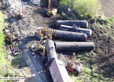 Wykolejenie pociągu towarowego w Illinois. Z torów wypadło 17 wagonów.