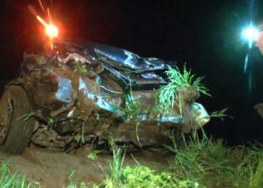 Samochód przebił barierki, uderzył w drzewo i wpadł do rowu. Zginął pasażer.