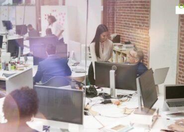 Komfortowe miejsce pracy ma znaczenie. Pracownicy, którzy mają biurka przy oknie są bardziej produktywni.