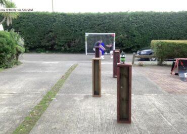 Ojciec wraz z 4-letnim synkiem stworzyli piłkarski tor przeszkód w przydomowym ogródku.