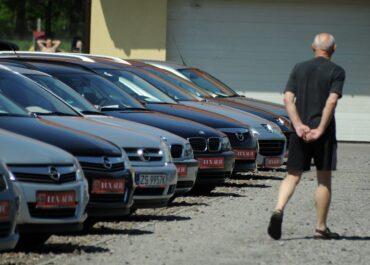 Przed wakacjami większy ruch notują komisy z używanymi autami niż salony z nowymi modelami