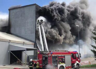 Dwie osoby ranne w pożarze hali z plastikowymi opakowaniami w Koszalinie