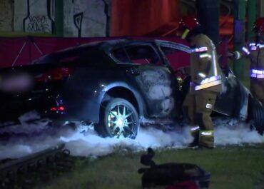Auto uderzyło w słup i stanęło w płomieniach. Dwie osoby zginęły w Poznaniu