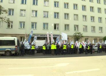 """""""Walczymy o realizację porozumienia"""". Protest służby więziennej na Rakowieckiej w Warszawie."""