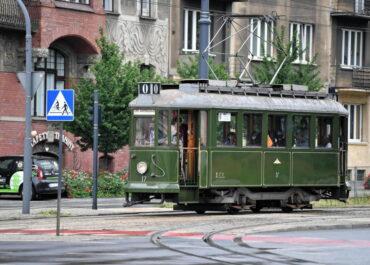 """Łódź: na trasy turystyczne wyruszyły tramwaj """"Sanok"""" i autobus """"Ogórek"""""""