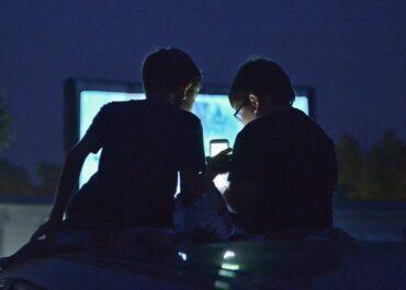 Obniżanie wieku korzystania z urządzeń mobilnych przez najmłodsze dzieci może niepokoić.