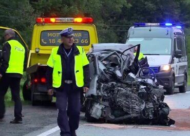 Dwie osoby zginęły w zderzeniu auta z autobusem pod Nowym Sączem.