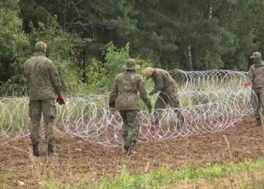 Drut kolczasty na granicy z Białorusią. Ułożono już ponad 100 kilometrów