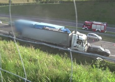 Groźny wypadek pod Lublinem. Trzy osoby ranne po uderzeniu dwóch ciężarówek w samochód osobowy