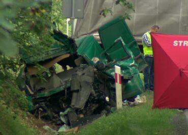 """""""Śmierć na miejscu poniosły trzy osoby"""". Zderzenie busa z ciężarówką w Niemgłowach."""
