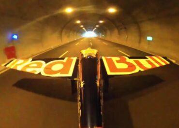 Kaskader przeleciał przez dwa tunele samolotem. Ustanowił rekord Guinnessa.