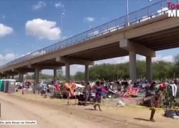 Kryzys migracyjny w USA. Strażnicy graniczni na koniach próbują zatrzymać uchodźców