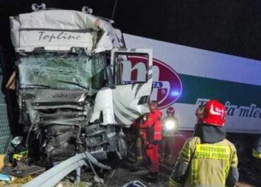 Ciężarówka uderzyła w tył autokaru. Są ranni.