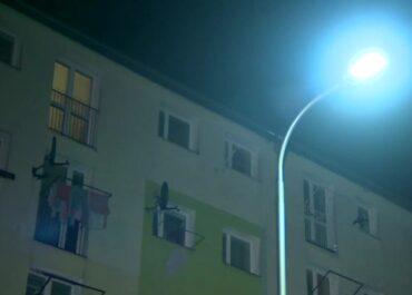 4-letni chłopiec stał na parapecie na czwartym piętrze