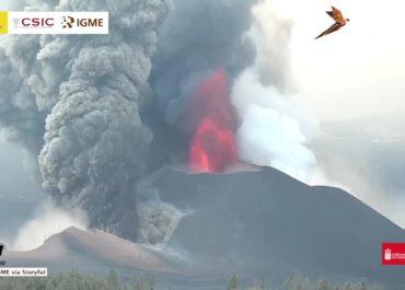 Z wulkanu na La Palmie wypływają kolejne strumienie lawy. Budynki na La Palmie stają w ogniu.