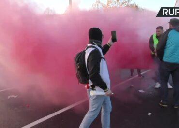 """Race, trąbki i flagi """"Solidarności"""". Protest polskich związkowców przed TSUE."""