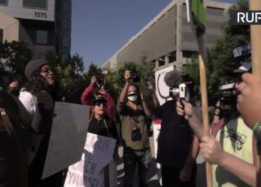 Pracownicy Netflixa protestują przeciwko wsparciu Dave'a Chapelle przez platformę.